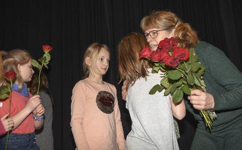 FIKK 60 Roser: Og like mange gode klemmer av elevene. Anne Britt Skaar la ikke skjul på at hun ble veldig overrasket og rørt over den store oppmerksomheten hun ble til del.