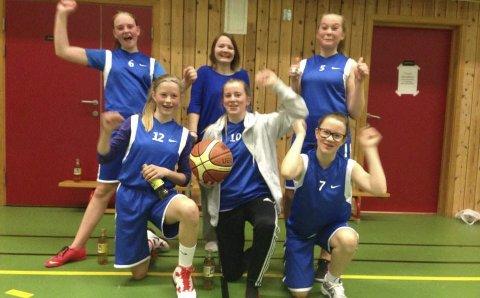J13-laget til Eikefjord basket er bak frå venstre Malene Agledal, Emma Føleide, Malin Hovland. Framme frå venstre: Hanne Løkkebø Nybø, Karoline Akselsen, Emma Svardal. Foto: Eikefjord Basket