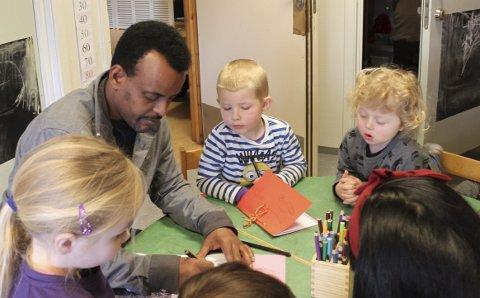 Lærenemme: Mohammed Isaaq er ein populær mann når han kjem til Krokane barnehage for å fortelje og teikne historier og regler frå sitt eige land.foto: saddam abdelrahman