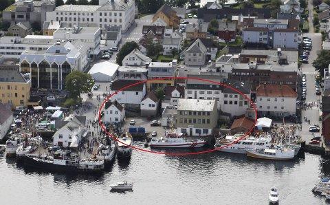 Sjekk den tomta? Leif Stavsnes eig denne tomta i hamna. No tilbyr han kommunen å bygge rådhus her. Foto: Dag Nesbø Frøyen