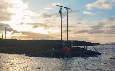 I FULL SVING: Eitt av SFE sin arbeidslag held på å få høgspentlinja på plass igjen på Søre Nekkøy.