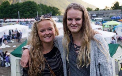 NYT FESTIVALLIVET: Hedde Askheim (17) og Sandra Naustdal (17) likar festivallivet, men vel å vente til dei er atten før dei overnattar på campen.