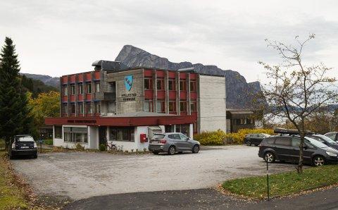 STENGER NED: Berre dei som har time hos lege og tannlege, får bruke dei offentlege tjenestene på kommunehuset i Hyllestad onsdag.
