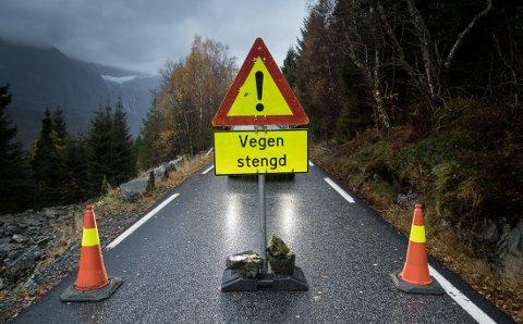 STENGT: Vegen er stengt nokre hundre metter etter avkøyringa til Andal når ein køyrer utover fjorden.