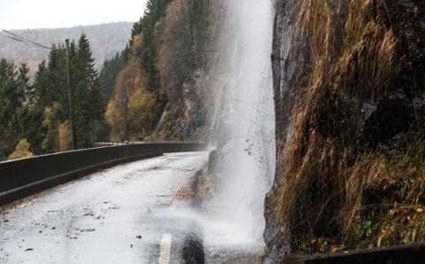 FLAUM: Elvane i området er ganskle store, og dusjar fleire stader inn over vegen.