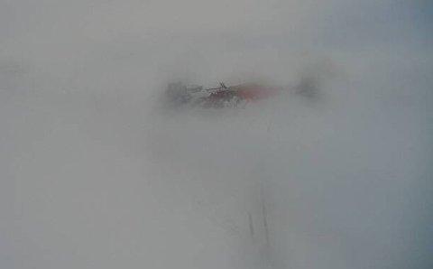 KOLONNE: Ser ein på dette bildet er det ikkje overraskande at det er kolonnekøyring over Hardangervidda søndag.