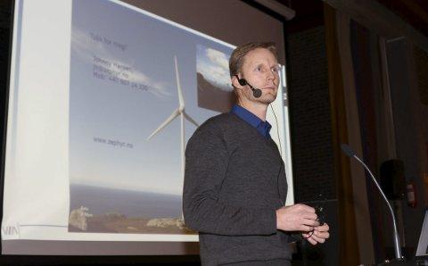 I BYSTYRET: Olav Rommetveit frå Zephyr AS var i Florø bystyre i desember 2018 for å oppdatere politikarane på planane for Guleslettene vindkraftverk.