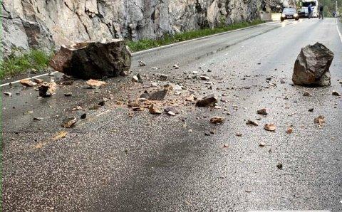 RAS: Fredag ettermiddag rasa det ned steinar på fylkesveg 53 mellom Øvre Årdal og Årdalstangen.