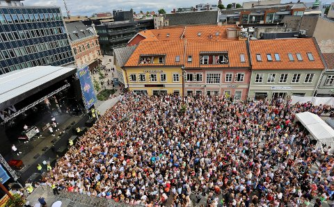 Folkefest: Idyllfestivalen trakk over 3.000 personer til Stortorvet i fjor sommer. I år satser de på å selge 5.000 billetter, med Karpe Diem som headliner. Men kommunen  støtter ikke festivalen.