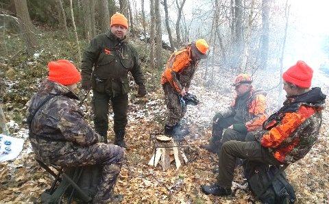 Bålkos: Førstegangsjegere og faddere samles rundt kaffebålet etter endt jakt.