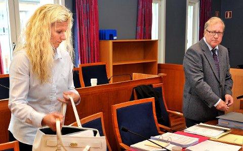 FØRSTE DAG: Advokat Arild Karlsen og tidligere jordmor Cecilie Jensen stilte i første dag av rettssaken mot Sykehuset Østfold i dag.