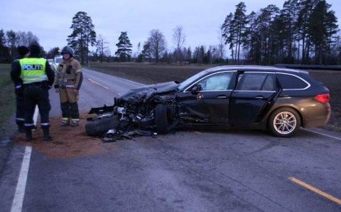 Det ble store materielle skader på bilene.