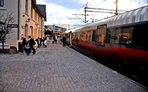 Blir værende i mange år: Hvis dagens jernbanestasjon bygges om for vendende tog, kan Fredrikstad få økt kapasitet til to tog i timen. Ombygging kan bli en midlertidig løsning for å få ned jernbaneutgiftene. (Arkivfoto: Geir A. Carlsson)