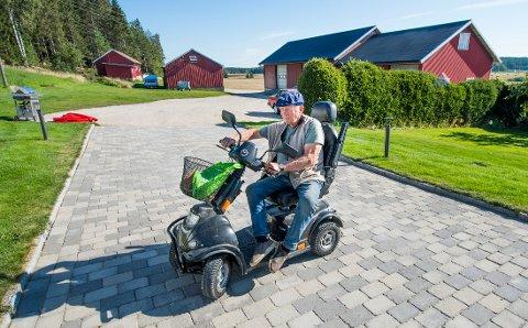 Det er full rulle på gården hver eneste dag for Hans Egil Lunderød. Den Parkinsons-syke gårdbrukeren er fortsatt i full aktivitet.
