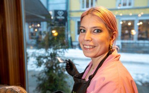 KJENDIS?: Kristine Lind Pedersen foreller at turistene tar bilde inn i salongen hver dag.