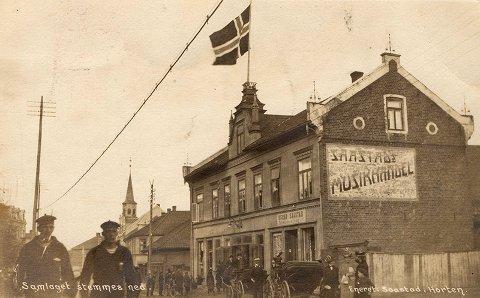 Det historiske bildet fra Saastad viser aktiviteten under av stemningen av Samlaget 25 oktober 1913. Pent kledde damer i finstasen, hesteskyss og folk bivåner avstemningen.
