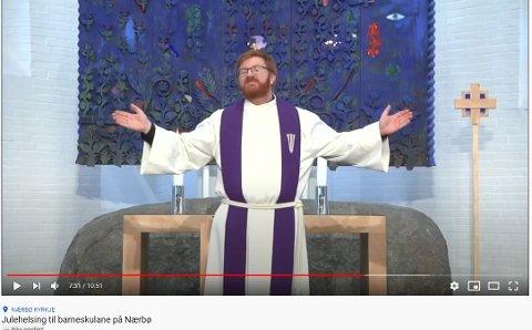 Prest Leif Inge Norland Brekke ved Nærbø kyrkje avslutter videoen slik han pleier i gudstjenester i julehilsenen, med å velsigne lytterne.