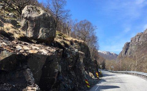 For bilister som kjører på fylkesveien mellom Byrkjedal og Gilja vil denne steinen fremstå som relativt truende.