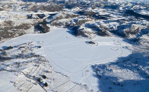 Dronebilde over Flassavatnet. På bildet er det vanskelig å se folk, men det er fordi avstanden er så stor.
