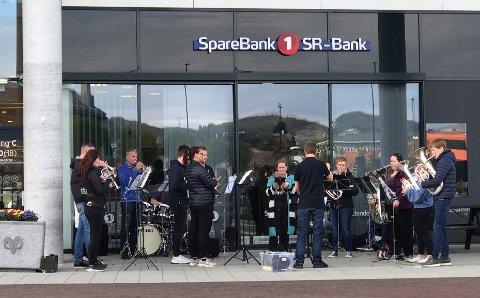 I går kveld mellom klokken 19 og 20 var det 18 stykker fra Gjesdal Brass Band som spilte musikk utenfor AMFI Ålgård og Norwegian Outlet.