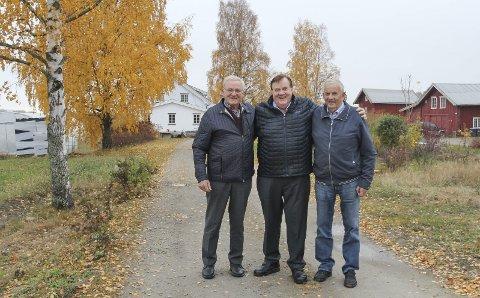 PÅ HJEMMEBANE: Brødrene Helge, Eivind og Jan Bjerke på eiendommen på Grue Vestside der de vokste opp. Jan (til høyre) og hans familie bor der i dag. Eivind (i midten), som ble amerikansk frisørkjendis, skriver bok om sine opplevelser.