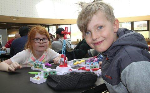 Helgestress: Søsknene Ingrid (6) og Kasper Krogsrud Bergset (7) syns det var gøy å stresse litt på lørdagsformiddagen med «Loopin' Louie». De hadde fått med seg at det var brettspilldag og ville spille mest mulig på langbordene på biblioteket.bilder: erik mæhlum