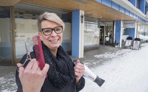 FLYTTER: Avdelingsleder i Hairport Gågata, Yvonne Stenerud ser fram til å flytte salongen. Det blir en helt ny salong i lokalene bak henne, dagens salong sees i bakgrunnen til høyre. De flytter fra Glommengata 45 til Glommengata 43.