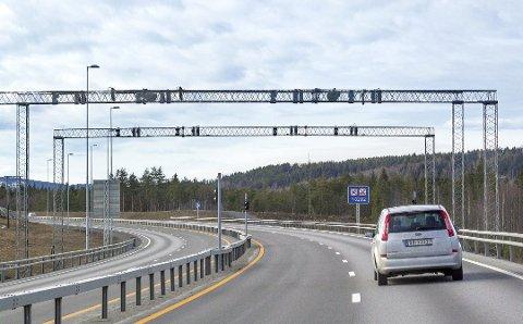 BOMPENGER: Kjører du gjennom bomstasjonen på E16 ved Åsum koster det i dag 33 kroner fullpris for personbiler i takstgruppe 1.