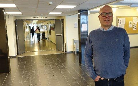 UTRIVELIG: – Det er utrivelig at noen kan vandre rundt inne på skolen og åpne det man ønsker, sier rektor ved Åsnes ungdomsskole, Remi Eriksmoen.