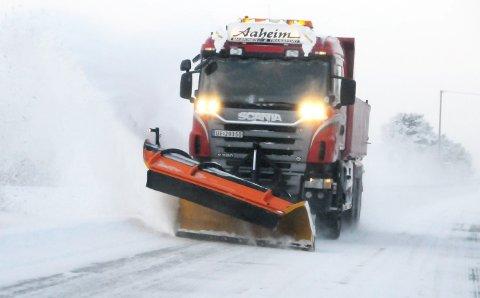 UVÆR: Fra denne brøytebilen melder Rune Aaheim, Lesjaskog, om over 50 centimeter nysnø på Bjorli.