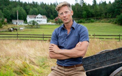 LETER: «Farmen»-programleder Gaute Grøtta Grav, TV 2 og produksjonsselskapet Strix leter etter neste års Farmen-gård. Foto: Alex Iversen/TV 2