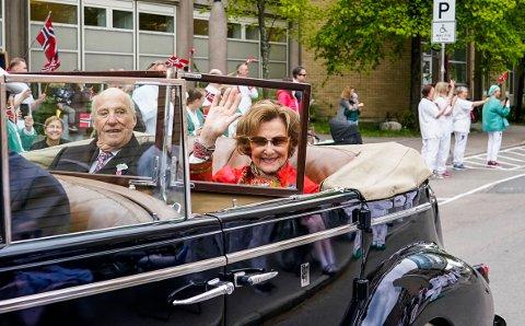 Kong Harald og dronning Sonja takker det norske folk for gode og vanskelige opplevelser sammen. Her fra en annerledes 17. mai-feiring i 2020 under koronapandemien.