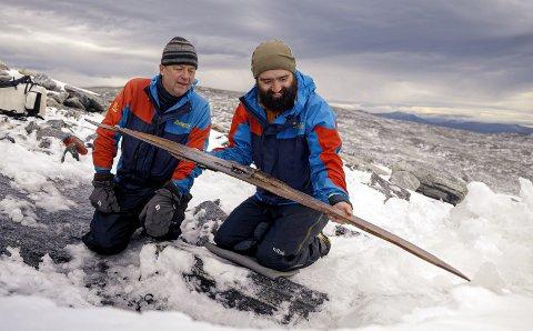 Fornøgde arkeologar ser på skia. Frå venstre arkeologane Espen Finstad (Secrets of the Ice/Innlandet fylkeskommune) og Julian Post-Melby (Kulturhistorisk museum i Oslo).
