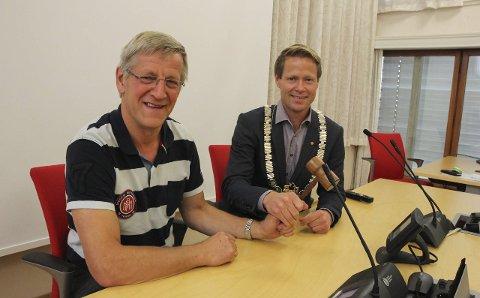 BEHOLDER KLUBBA: Halvor Bratlie (Sp, t.v.) og Harald Tyrdal (Ap) vil fortsette å styre Lunner sammen i perioden 2015–2019. Nå vil de blant annet jobbe sammen for å få til et mer forutsigbart bussrutenett, løpende barnehageopptak og bedre bredbåndsdekning.