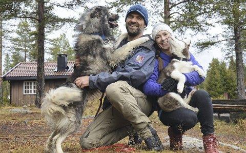 FIRBEINT FERIE: Arild Stangenes (med Oscar) og Monica Celius (med Gøril) forteller at hundene som vanligvis holder til på Åstjern måtte være et annet sted mens innspillingen pågikk ettersom det da skulle være mest mulig stille i området. Arkivfoto: Jørn Haakenstad