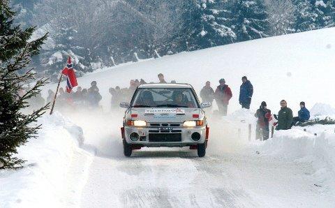 TRADISJON: NMK Hadeland har arrangert Rally Hadeland i 33 år på rad. Dette bildet er fra 2006 og viser Anders P. Andersen som heies fram av publikum i Helgedalen.