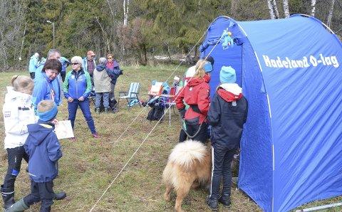 FANT FREM: Både to og firbeinte jaktet på poster i Skjervumsmoen 1. mai. Foto: Privat
