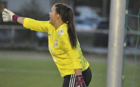 BURVOKTER: Kristine Bentestuen Ludvigsen er omskolert til keeper i en alder av 24 år. Mot Fart 2 hadde hun full kontroll og dirigerte forsvaret som en veterankeeper.