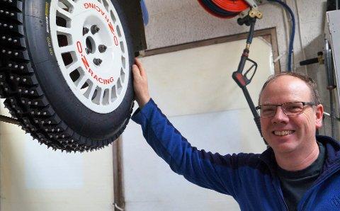 HJULA i GANG: Lars Morten Berntsen får ikke kjørt konkurranser før i høst, men holder bedriften i gang. Oliver Solberg (bildet innfelt) er blant kundene til Lars Morten.