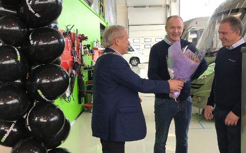 Blomsterhilsen fra ordfører Willy Westhagen til Mohagen Bil v/Ole Jan Stubberud og Kjetil Gulbrandsen