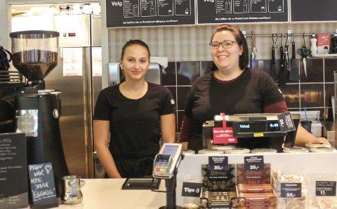 KAFFEPAUSE: Her er Leonie Schwarz (t.v), med Justine Tangen på Waynes Coffee.