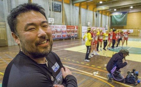 Offensiv: Morten Holmen har opplevd mange store øyeblikk som trener i HK Halden, som her da opprykket ble feiret i mars 2014. Nå venter Glassverket i kvartfinalen i sluttspillet, og Holmen øyner muligheten for en håndballskrell.Arkivfoto: Stein Johnsen