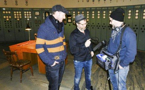 PÅ FOSSELØKKA: Her er manusforfatter og regissør Øystein, Karlsen, skuespiler Frank Skovrand (også han fra Tistedal) og lyddesigner Peter Clausen under opptakene til DAG 4 i kraftstasjonen på Fosseløkka. ¨