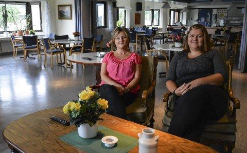 GLEDER SEG: Trine Lise Simonsson (t.v.) og Kristine Johansen har planlagt en aktiv, sosial og hyggelig høst i kafeen på Busterudgata eldresenter. – Det er også rom for å høre på deltakernes ønsker, sier de. Begge foto: ANja Lillerud