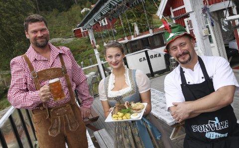 FESTSTEMT GJENG: Christer Bjørnstad (t.v.), Thyra Rogl og Haakon Selmer-Olsen håper mange lar seg lokke til en tysk festkveld i Spovika i oktober. Foto: Morten Ulekleiv