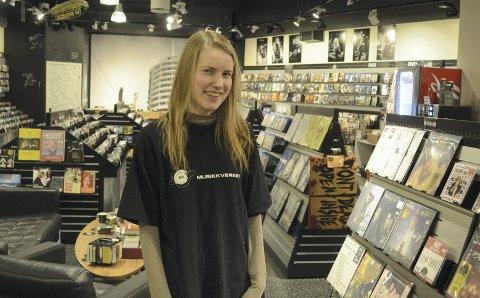 SJELDEN KOST: Musikkverket er som kuriositet å regne i kraft av å være den eneste platebutikken i distriktet som selger både brukt og nytt. Enkelte kunder blir overrasket over at det er 26 år gamle Mina Ringlund som pusher gammel vinyl og er daglig leder.