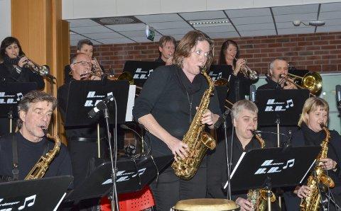 Fullt trykk: Ingvill Morlandstø og dei andre i Hardanger Big Band var i storform under søndagens felleskonsert med Tyssedalkoret. Storbandet og koret hadde også eit samarbeidsprosjekt i Odda kyrkje, tilbake i november 2015.
