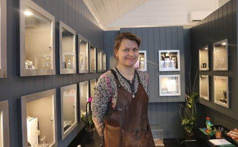 Spesialbenk etterlyses: May Helen Bleie i Gullhuset Odda var lovet ein arbeidsbenk av sin mentor i Haugesund, men det er et problem: Benken er sporløst forsvunnet. Er det noen lesere som kan hjelpe med å spore den opp? ArkivFoto: Eivind Dahle Sjåstad