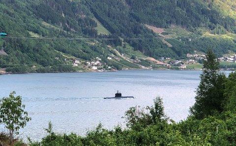 Her passerer ubåten Aga.