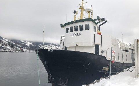 Langtidsleie: MS Linan har ligget til kai i Odda siden november 2019. Båten har ikke kunne frakte turister som følge av koronasituasjonen, og søker nå kommunen om å få ettergitt havneleien for siste halvår av 2020. Foto: Ernst Olsen